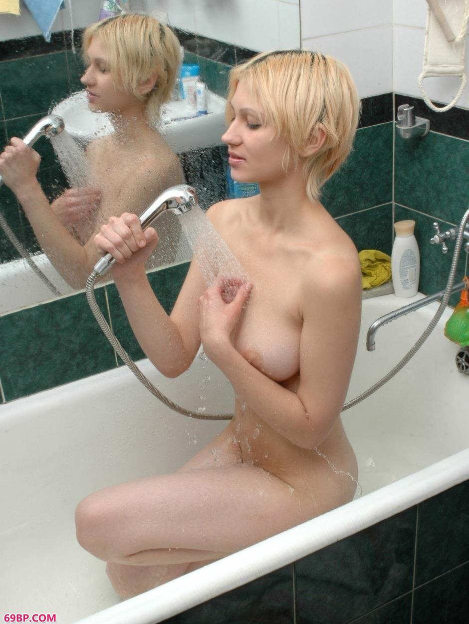 超模Alina浴缸里的魅惑人体