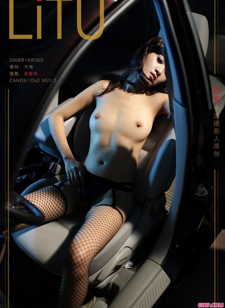 饥渴少妇17P_超模不悔汽车内的勾魂美体