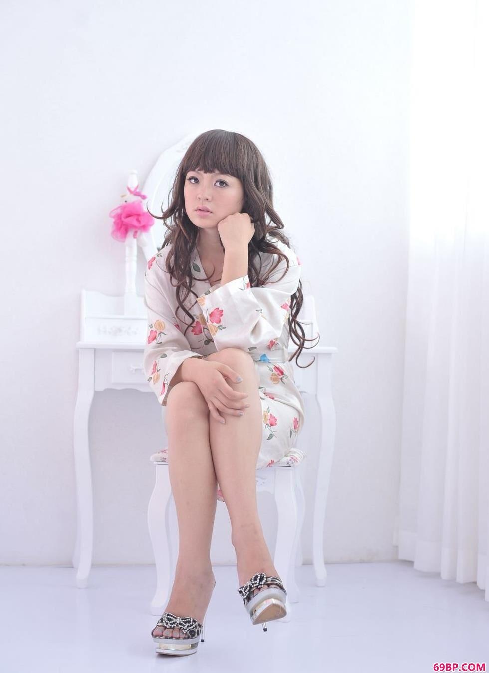 嫩模苏茜梳妆镜前的粉色撩人美体_日本裸交