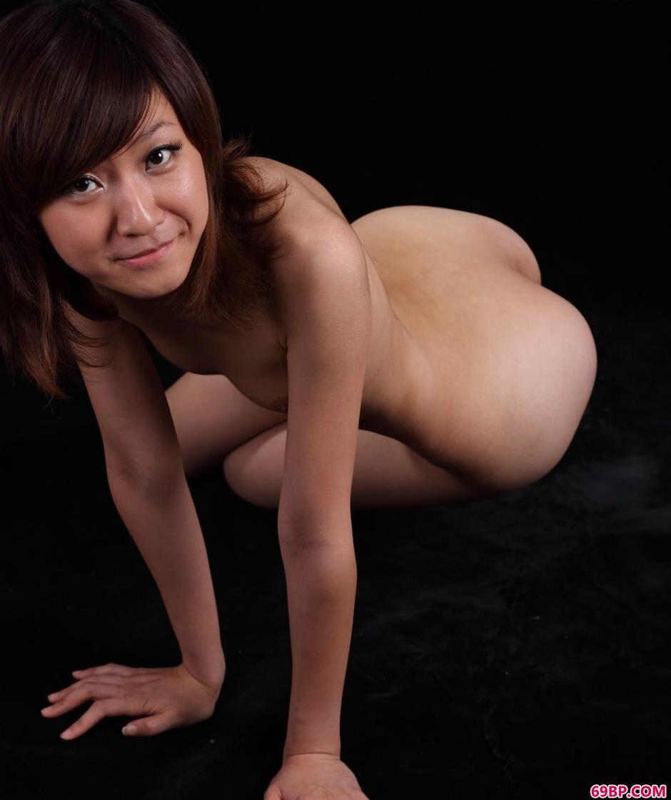 嫩模sunny黑色写真棚里的大尺度人体_18禁无遮无挡美女
