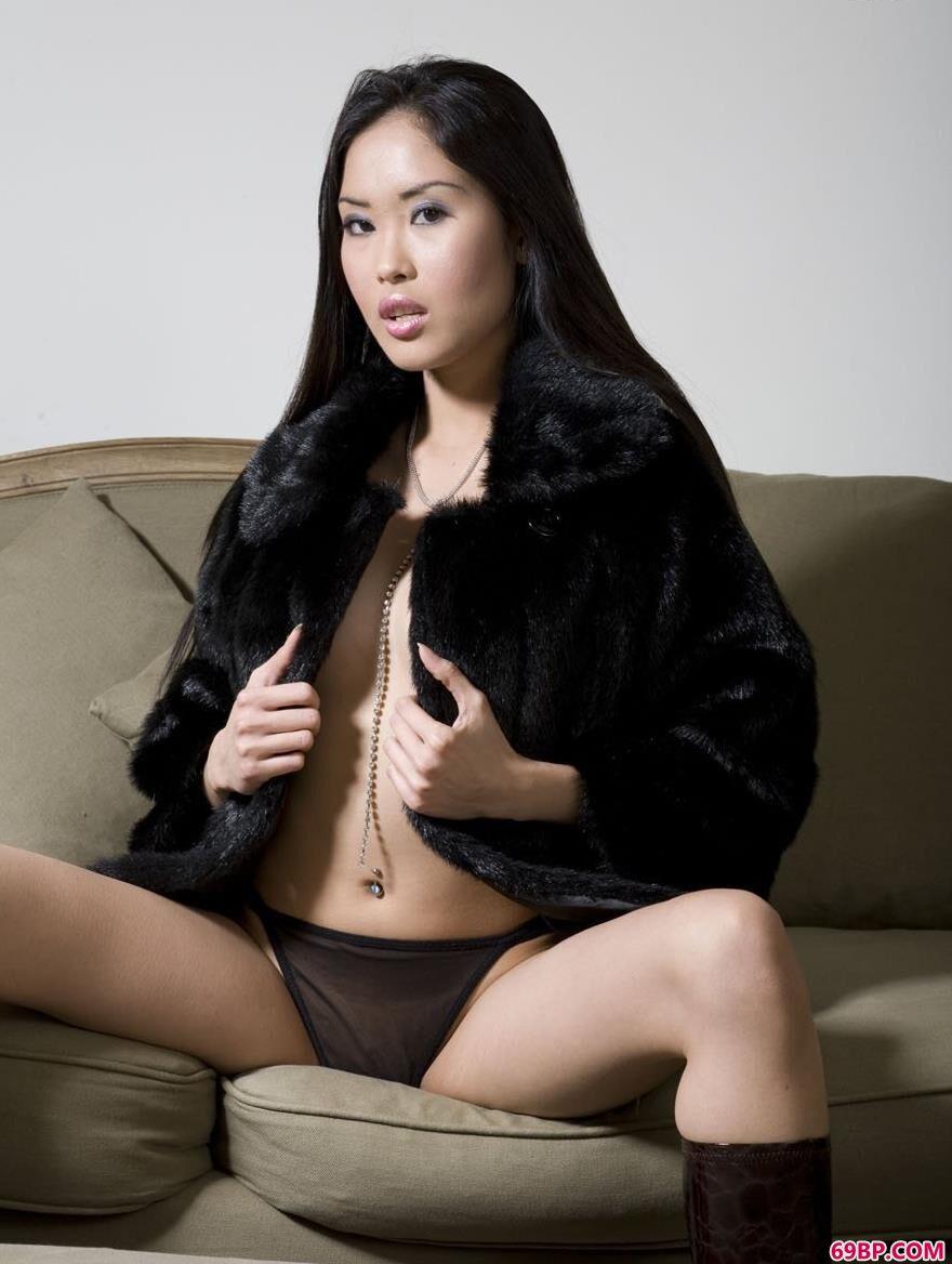 超模�鄱�沙发上的性感人体