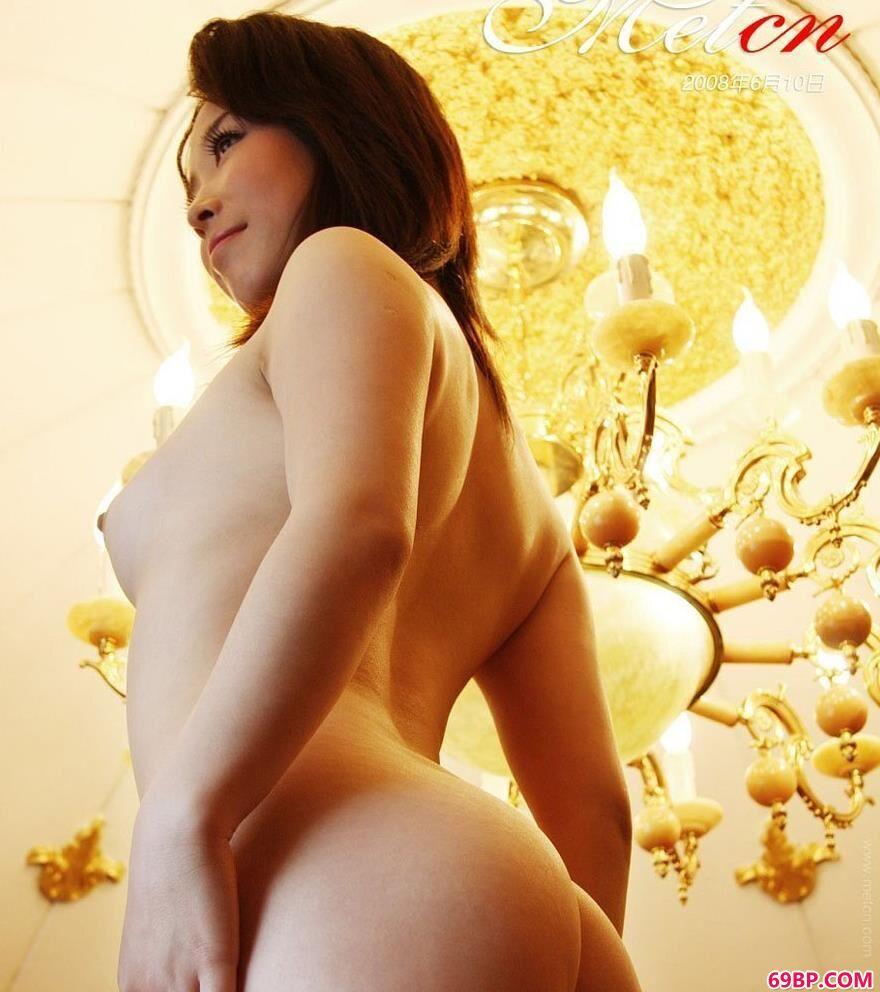 西西人体www44ne.net_名模陈丽佳酒店大厅吊灯下的性感身材
