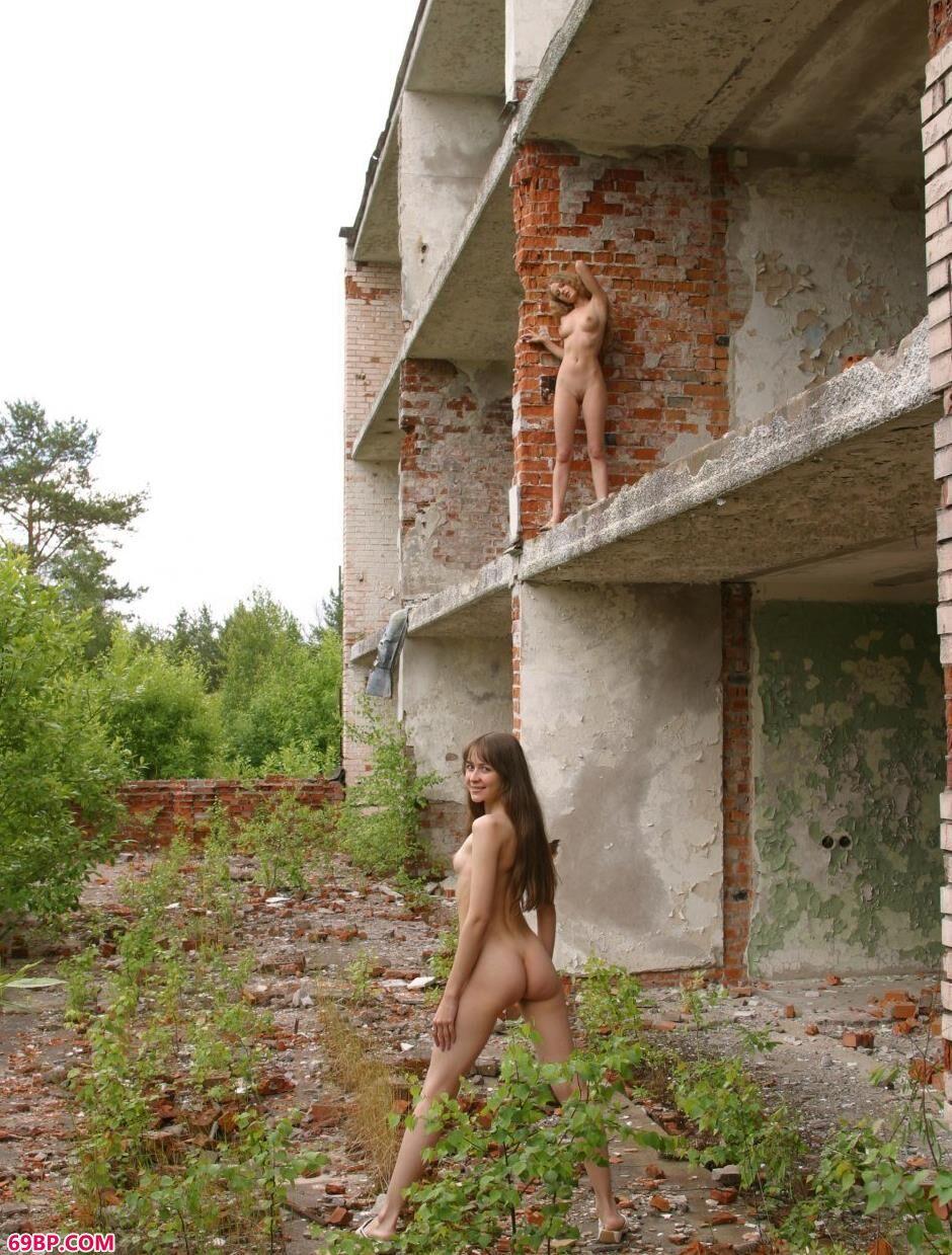 红砖房里的特人体美模Sveta和Olga,丰满少妇大尺度人体艺术图片