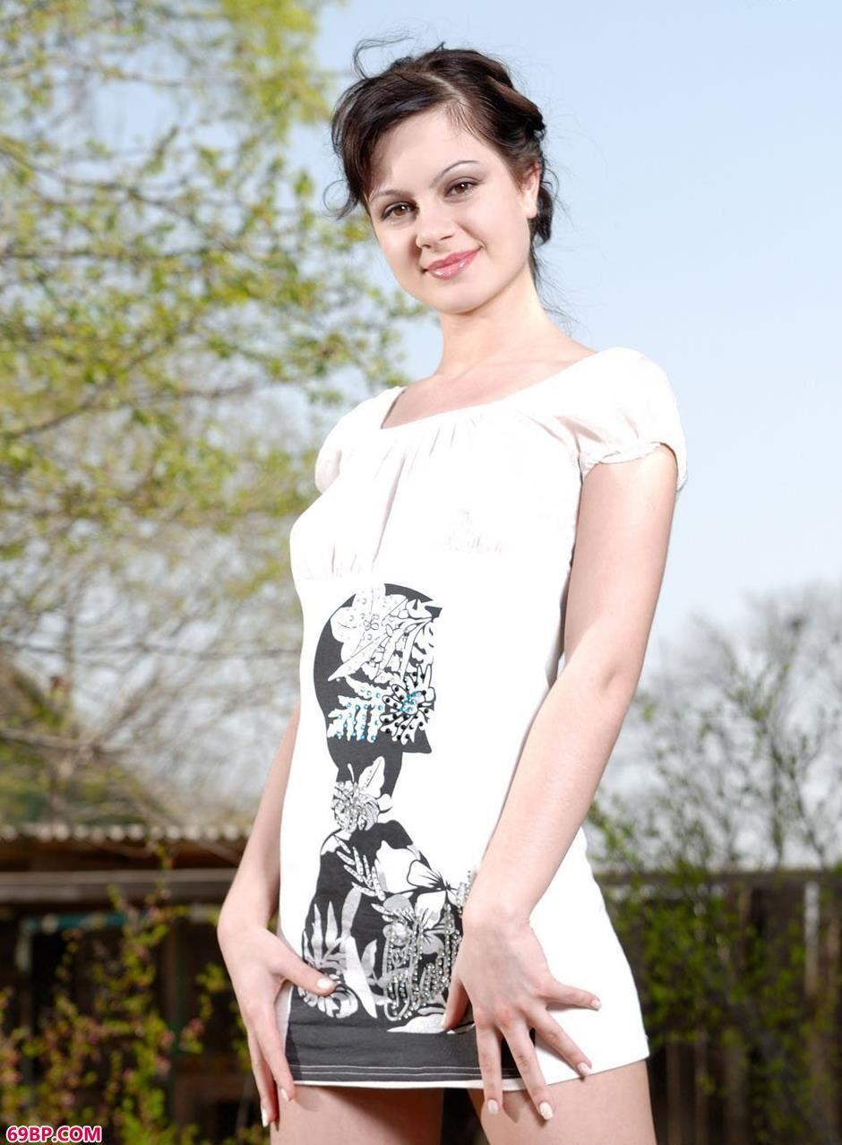 名模Beverly在公园里的妩媚人体_西西人体全球大胆美女