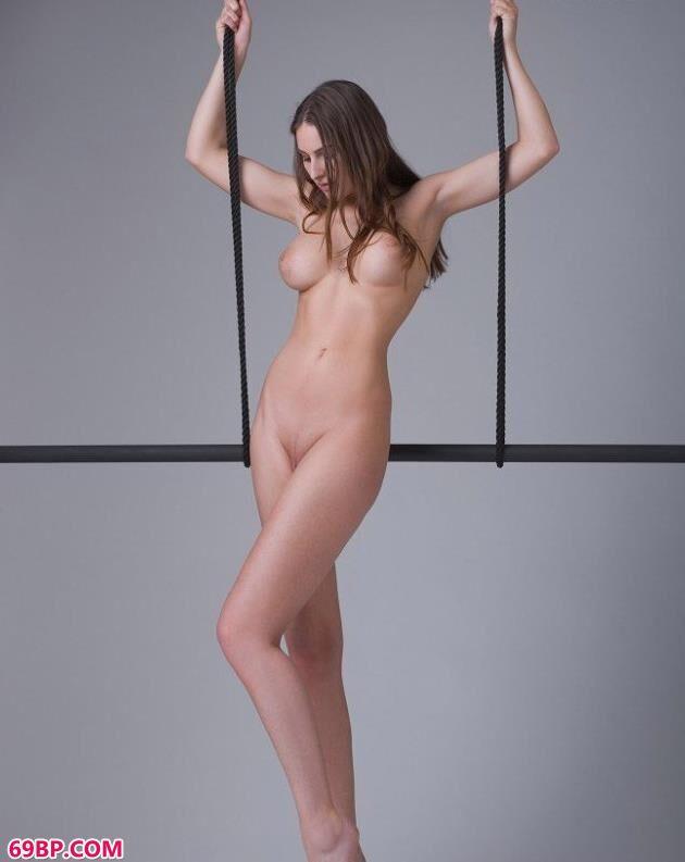 裸模葛莉谢尔达在表演棍上的人体