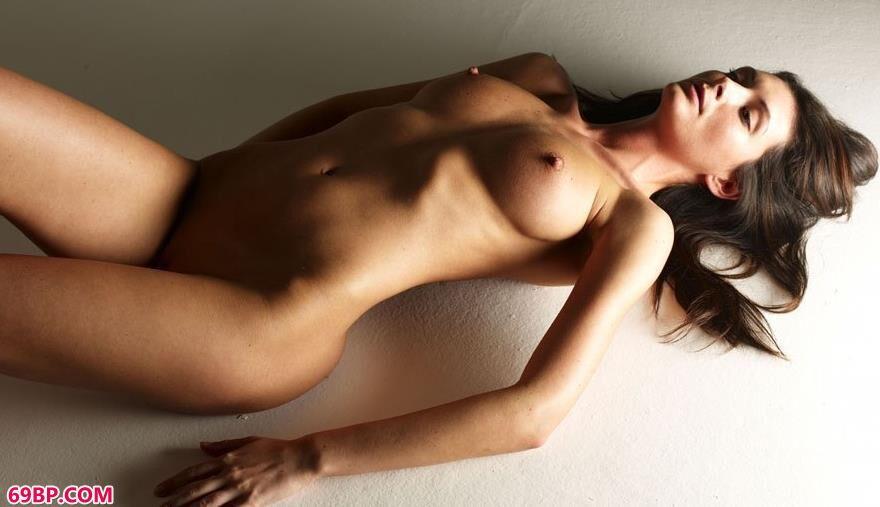 丽柜丝袜_名模Orsi密室里的诱惑美体