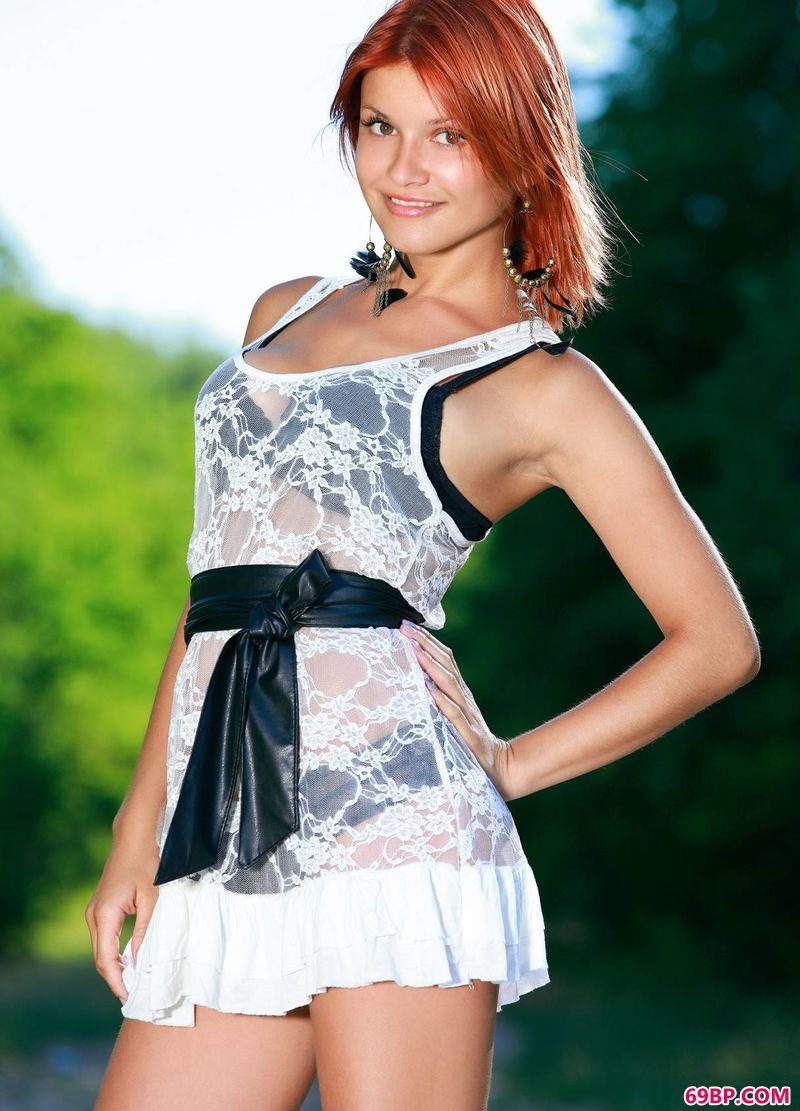 绿色小径上的红发女人Violla_模特自慰私拍