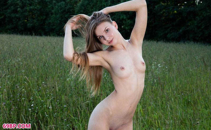 草地上的女诗人LaraSugar_国模丫丫和摄影师啪啪